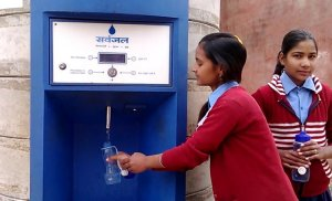 Girls getting water from ATM ©Sarvajal